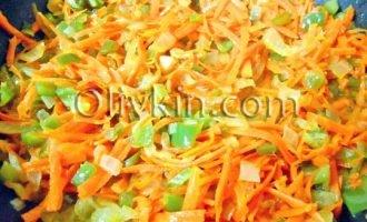 морковь добавить в сковороду