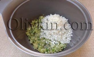 обжариваем лук и рис