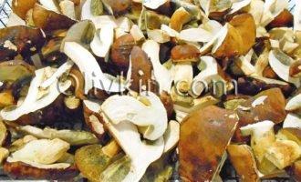 моем, чистим, разрезаем грибы