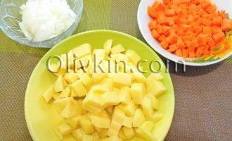 нарезать лук, морковь, картофель