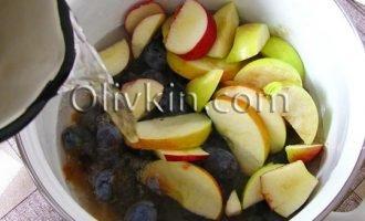 добавить яблоки залить водой