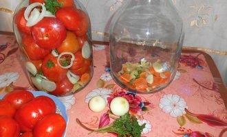 выкладываем лук и морковь