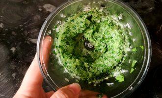 измельчить лук и зелень