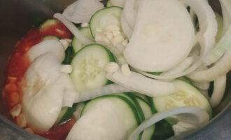 в томат всыпать огурцы и лук
