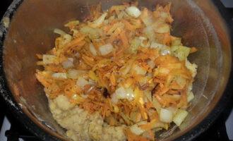 смешать овощи и чечевицу