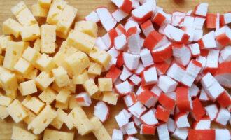 нарезать сыр и палочки