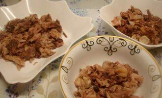 мясо раскладываем по тарелкам