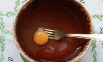 смешать яйцо с водой