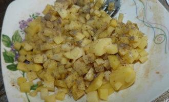 приправить специями и соусом картофель