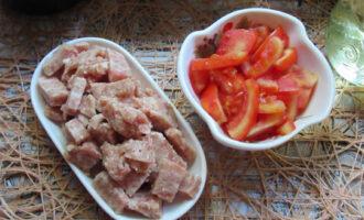 измельчаем фарш и помидор