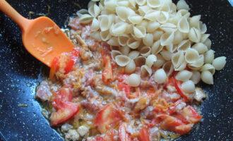 добавляем сухие макароны