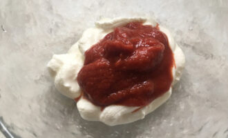 смешать сметану и томатную пасту