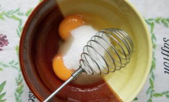 яйца взбить с сахаром