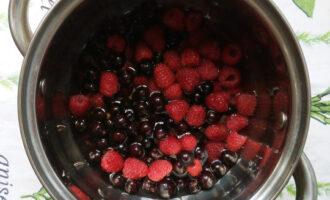 залить ягоды водой